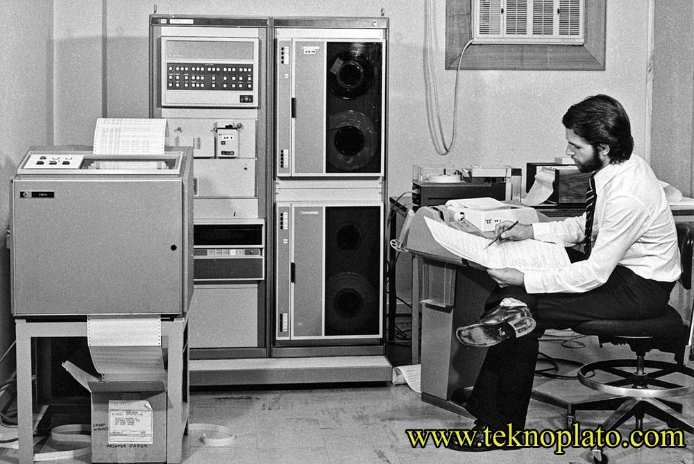 Verilerin kalýcý olarak saklandýðý depolama birimidir harddisk. Son zamanlarda hard diskler o kadar küçük boyutlarda üretiliyor ki,  yeni modeli çýktýðýnda þaþýrýyoruz. Ýlk hard disk nasýldý sizce?